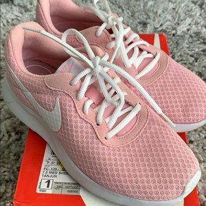 Baby pink Nike Tanjuns!